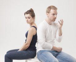 2人のカップルが、悩みごとを打ち明ける