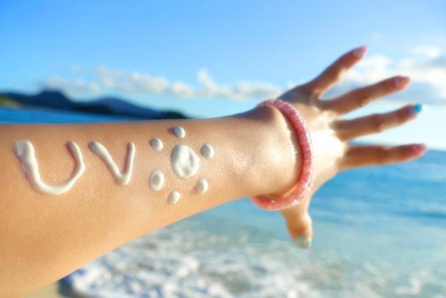 海辺ではしゃぐ手
