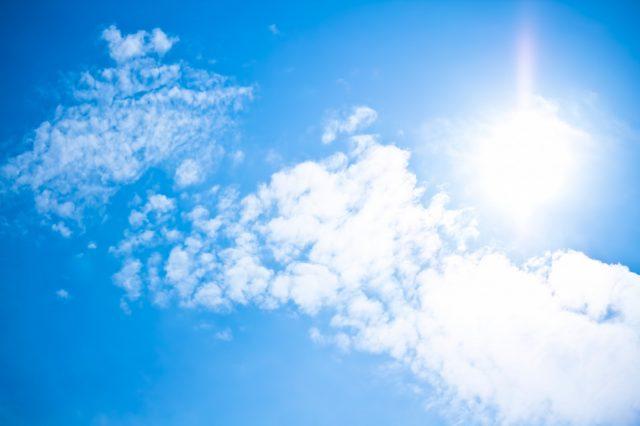 強い日差しの晴れ渡った空