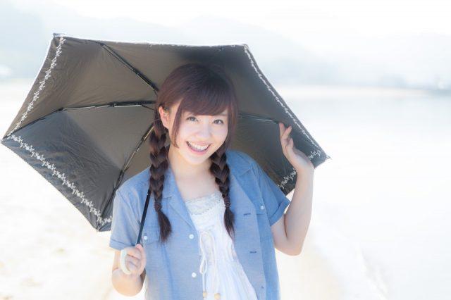 紫外線を避けるため日傘をさす女性