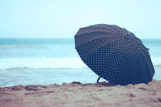 砂浜に置き忘れた傘