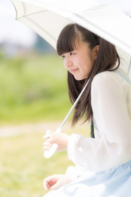 日傘をかぶる少女