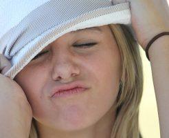 なんとか帽子で日焼けしないように目深にかぶる女性