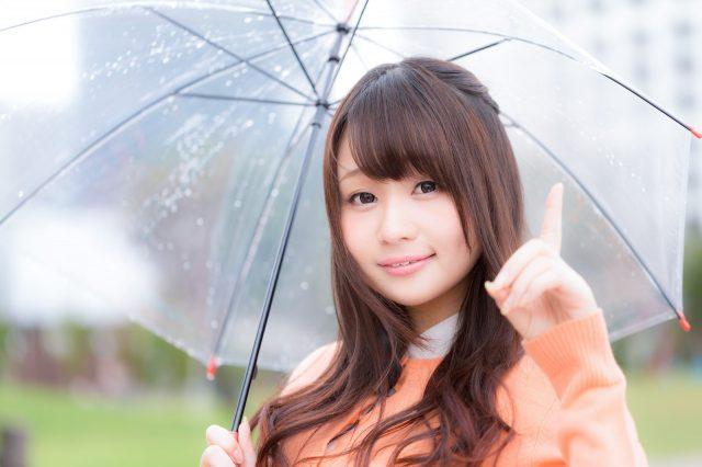 傘を指しているかわいい女性
