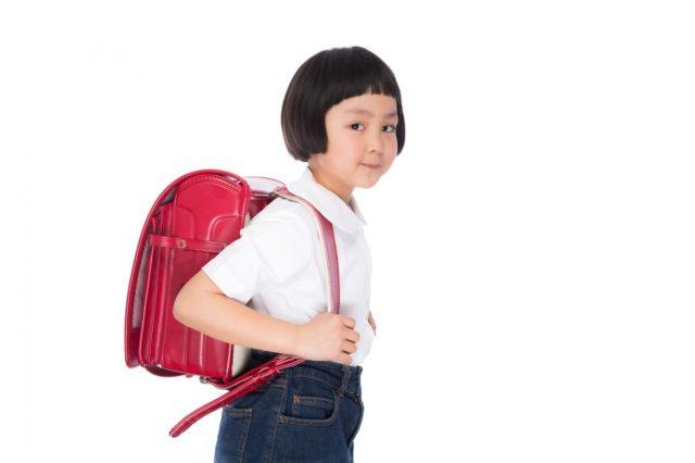 小学生がランドセルを背負っている