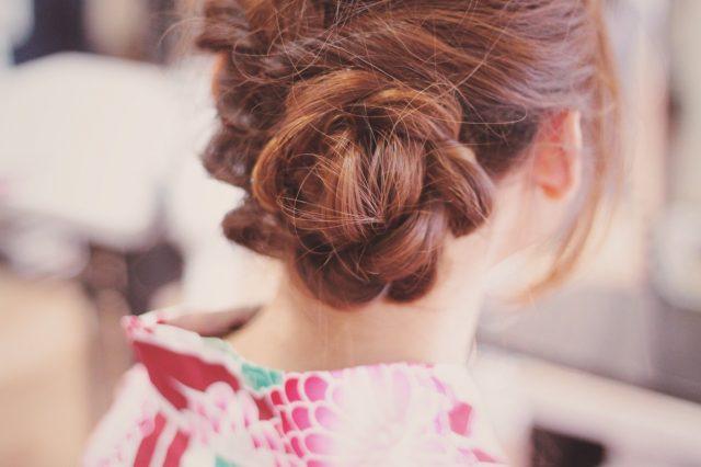 女性の髪型のうしろ姿