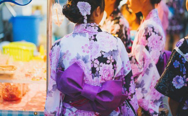 紫色の浴衣女子