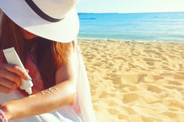 日焼け止めを腕にぬる女性