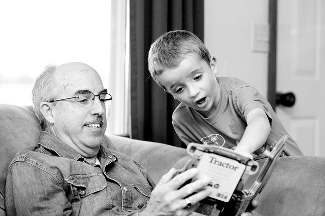 お孫さんと遊ぶおじいちゃん