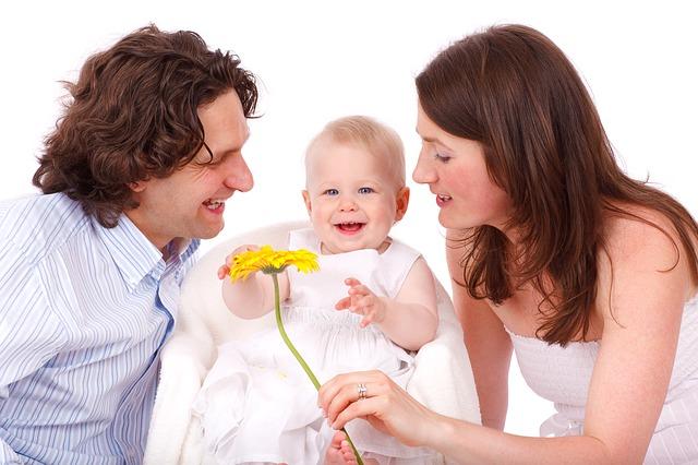 赤ちゃんを囲んでいる家族