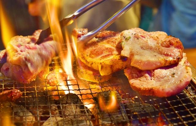 網の上に肉を置いて焼く