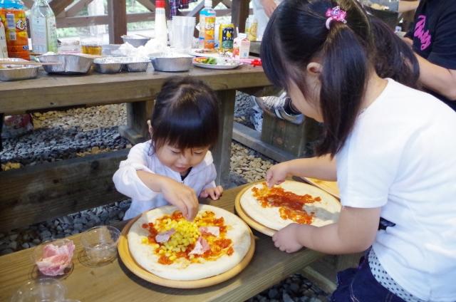 子供たちがピザの準備を手伝う