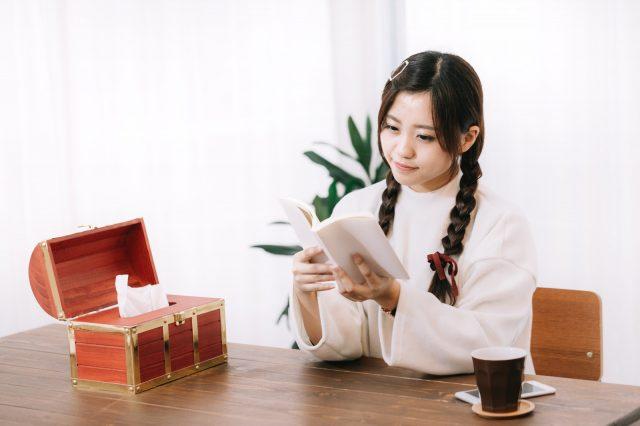 かわいい髪型の女の子が読書
