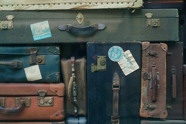 スーツケースにステッカーを貼ることの意味